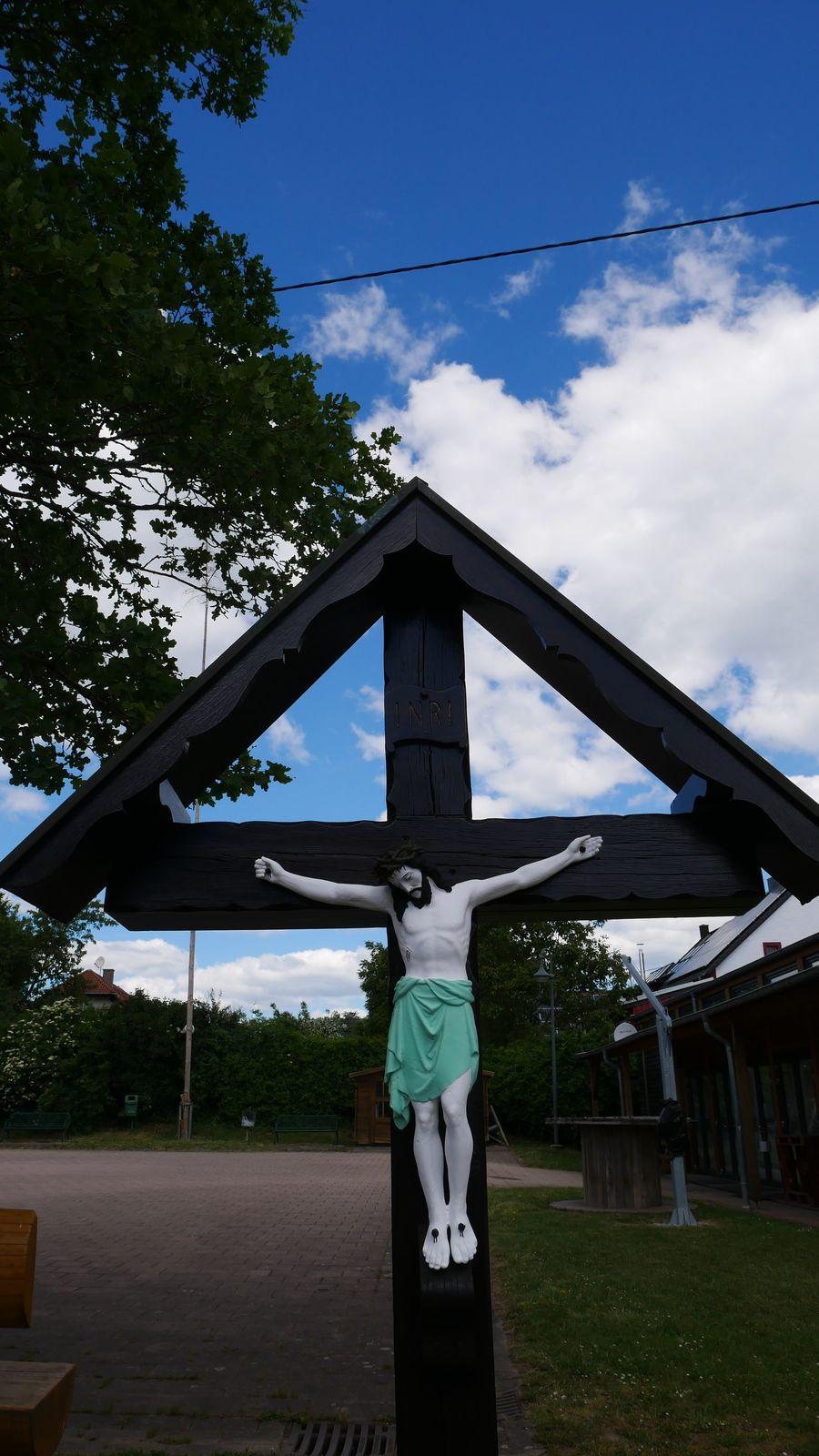 Wegekreuz und Jesusfigur
